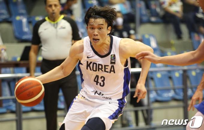 [사진] 2021 FIBA 아시아컵 예선, 드리블하는 이대성