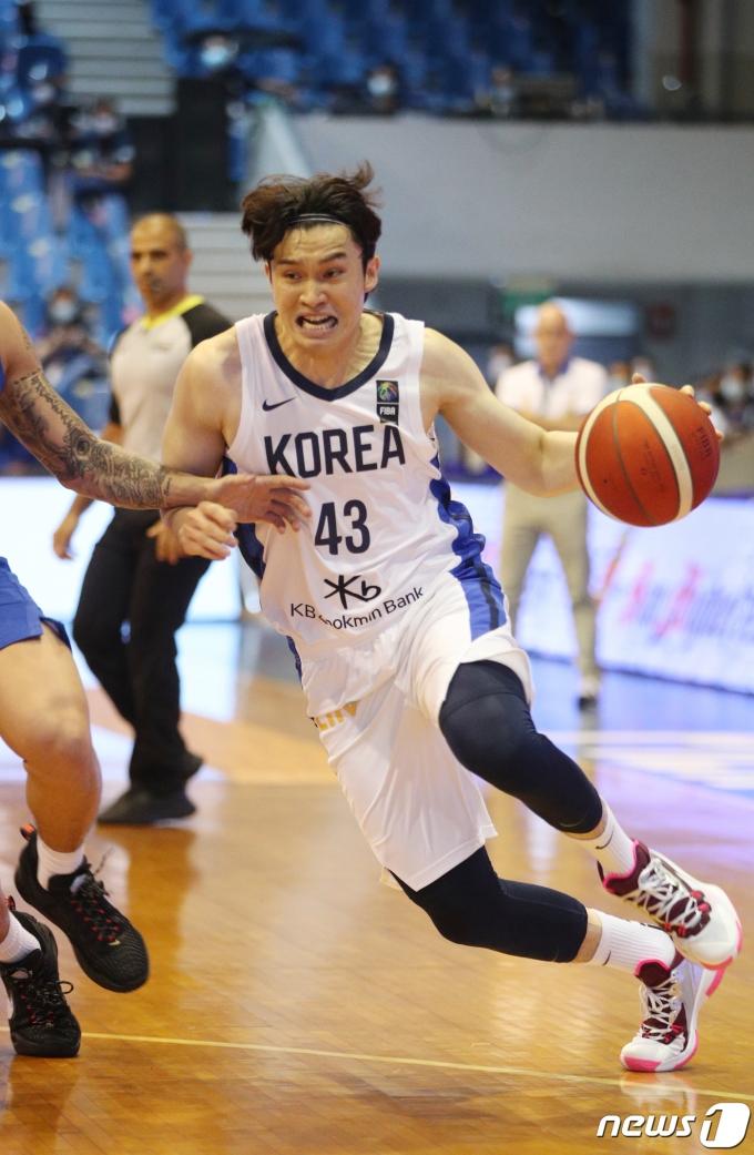 [사진] 2021 FIBA 아시아컵 예선, 돌파하는 이대성