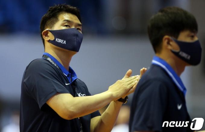[사진] 2021 FIBA 아시아컵 예선, 경기지켜보는 조상현 감독