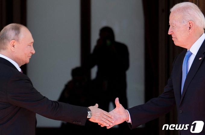 16일 스위스 제네바에서 만난 블라디미르 푸틴 러시아 대통령(왼쪽)과 조 바이든 미국 대통령. © AFP=뉴스1