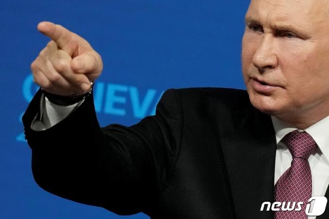 블라디미르 푸틴 러시아 대통령이 16일 스위스 제네바에서 기자회견을 하고 있다. © 로이터=뉴스1