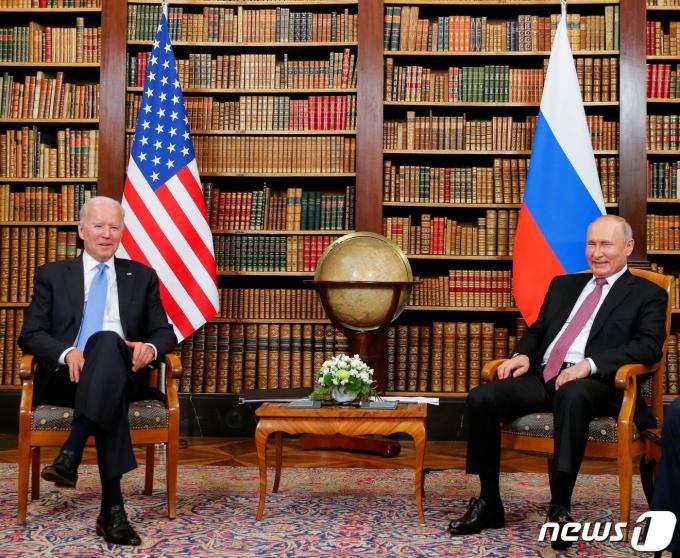 16일 스위스 제네바에서 만난 조 바이든 미국 대통령(왼쪽)과 블라디미르 푸틴 대통령. © 로이터=뉴스1