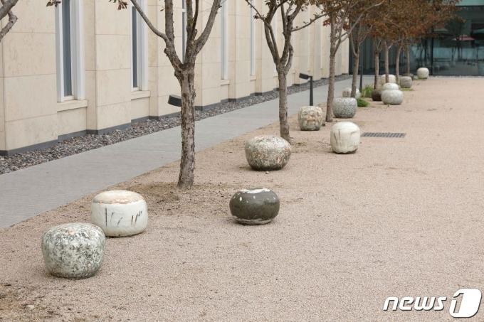 이강효 작가의 '휴식, 사유, 소통의 분청의자'© 뉴스1