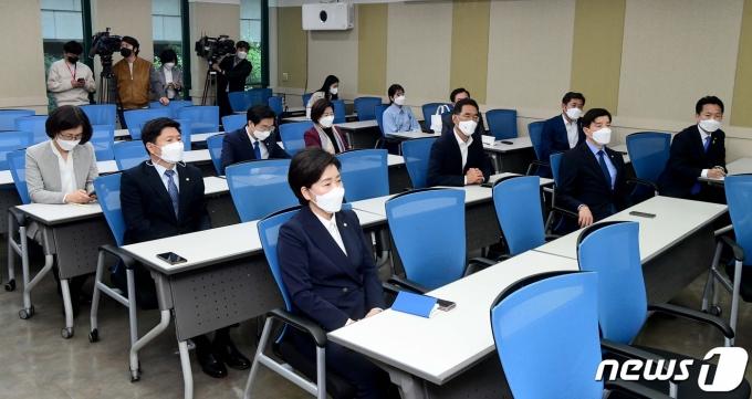 20일 오전 서울 여의도 이룸센터에서 열린 '더민초 쓴소리 경청 1탄'2021.4.20/뉴스1 © News1 구윤성 기자