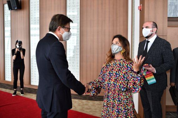 박형준 부산시장이 지난 10일 누리마루 APEC하우스에서 랜디 주커버그 대표를 만나 블록체인 산업 활성화와 부산시와의 협력에 대해 환담을 나누었다./사진=부산시