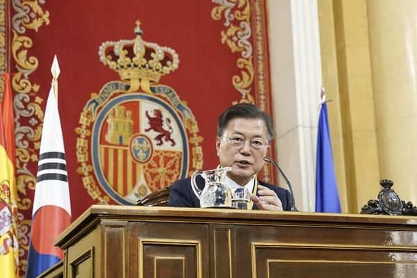 """문 대통령 """"한국·스페인 전략적 동반자 관계""""… 상원 연설"""