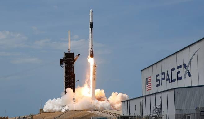 지난해 5월 미국 항공우주국(NASA)의 우주비행사 더글라스 헐리와 로버트 벤켄을 태운 스페이스X 팰컨9 로켓과 크루 드래곤 우주선이 이륙하는 모습. / 사진=로이터