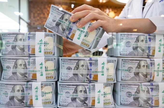한국은행은 미국 연방준비제도이사회(FRB·연준)와 통화스와프 계약 만료 시점을 올해 9월 30일에서 12월 31일로 3개월 연장하는 데 합의했다. 사진은 지난 16일 오후 서울 중구 하나은행 위변조대응센터에서 직원이 달러화를 살펴보는 모습./사진=뉴스1