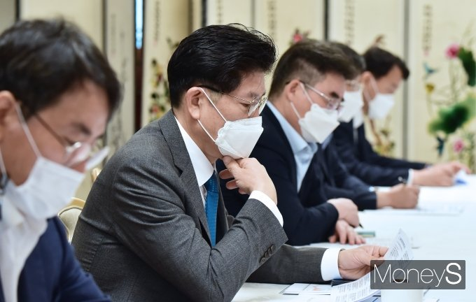 [머니S포토] 제24차 부동산 관계장관의, 자료 살피는 노형욱 국토 장관