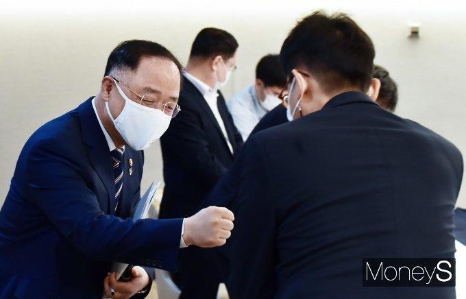 [머니S포토] 24차 부동산관계장관회의, 인사 나누는 '홍남기'