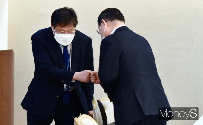 [머니S포토] 제24차 부동산 관계장관회의, 인사 나누는 안일환·김근익