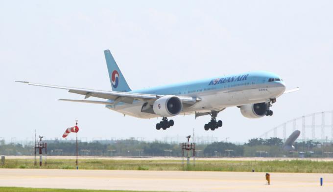 """유진투자증권은 17일 대한항공에 대해 """"여객 회복을 기대하기는 이른 시점이지만 화물 매출이 전년 동기 대비 20% 이상 성장할 것""""이라고 내다봤다./사진=대한항공"""