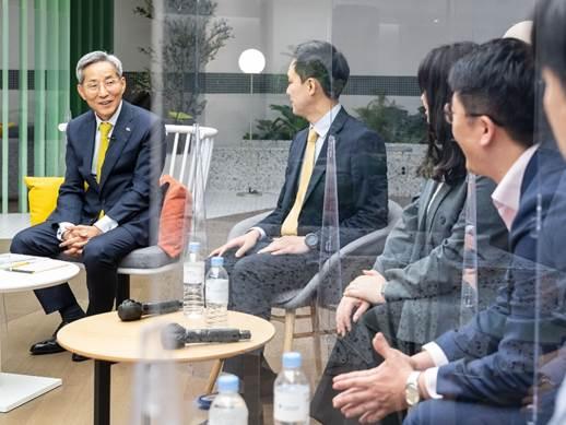 윤종규 KB금융그룹 회장이 지난 16일 푸르덴셜타워를 찾아 푸르덴셜생명의 미래 비전을 공유했다./사진=푸르덴셜생명