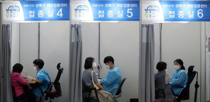 코로나19 일일 확진자 수가 17일 0시 기준 540명을 기록했다. 사진은 지난 15일 시민들이 서울 성북구 코로나19예방접종센터에서 백신을 맞는 모습. /사진=뉴스1