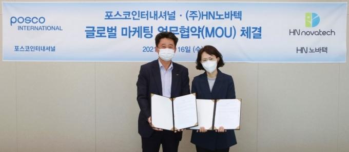 이원재 포스코인터내셔널 신사업추진반장(왼쪽)은 지난 16일 김양희 HN노바텍 대표이사(오른쪽)를 만나 글로벌 마케팅 협업 업무협약을 체결했다. /사진=포스코인터내셔널