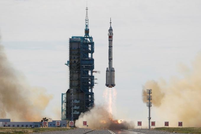 중국이 17일 우주 비행사 3명을 태운 유인우주선 선저우 12호를 발사했다. /사진=로이터