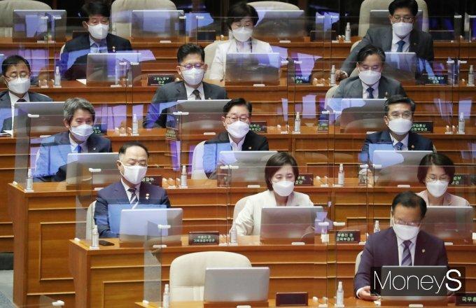 [머니S포토] 김기현 교섭단체 대표연설 듣는 김부겸 국무총리