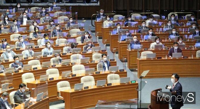 [머니S포토] 문재인 정부 정책 비판하는 김기현