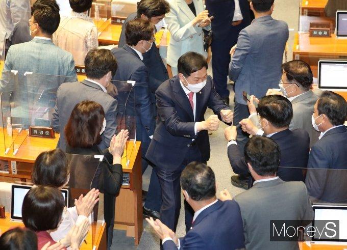 [머니S포토] 동료의원들 박수 받는 김기현
