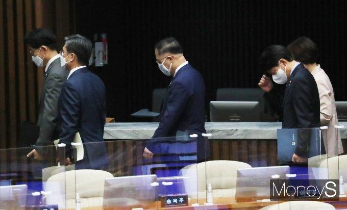[머니S포토] 본회의장 나서는 홍남기 부총리와 국무위원들