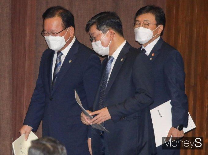 [머니S포토] 본회의장 나서는 김부겸 총리와 전해철 장관