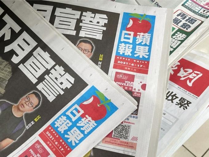 홍콩경찰이 17일 홍콩의 반중 성향 매체 '빈과일보'의 편집장 등 고위 간부 5명을 홍콩보안법 위반 혐의로 체포했다. 사진은 빈과일보가 놓여 있는 모습. /사진=로이터