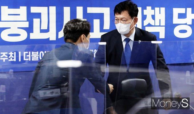 [머니S포토] '광주 건축물 붕괴사고 대책' 당정, 인사 나누는 송영길