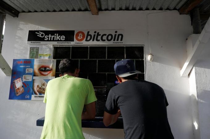 엘살바도르 칠티우판의 엘존테 해변에서 남성들이 비트코인을 받는 가게에서 과자를 사고 있다./사진=로이터