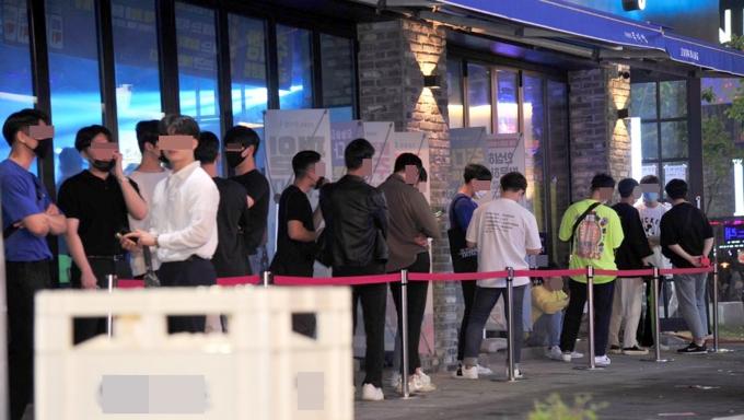 광주시가 오는 18일부터 전국 최초로 8명까지 사적 모임을 허용하기로 했다. 사진은 지난해 광주 서구 상무지구의 한 술집 앞에 시민들이 줄을 선 모습. /사진=뉴시스 DB