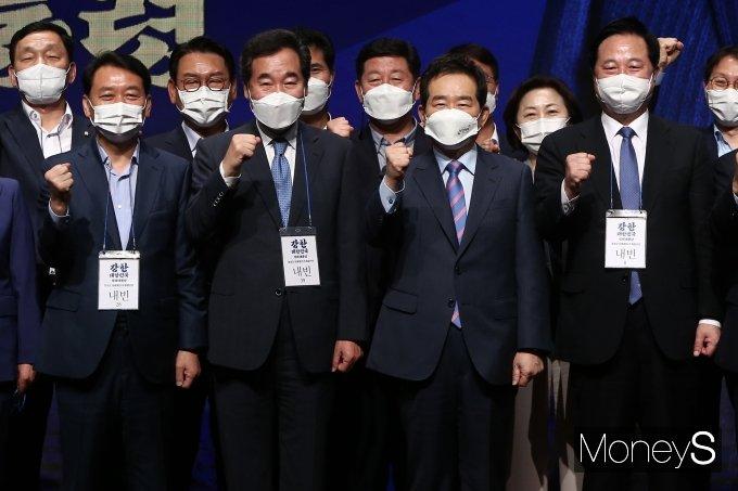[머니S포토] 파이팅 외치는 정세균·이낙연·이광재·김두관