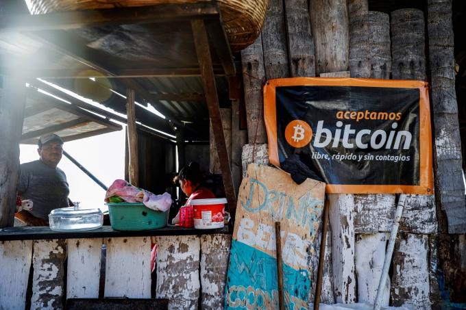 """엘살바도르 라 리베르타드 근처 해변의 한 카페앞에 걸려진 현수막에는 """"우리는 비트코인을 무료로, 빠르게, 전염되지 않게 받습니다""""라고 적혀 있다./사진=로이터"""