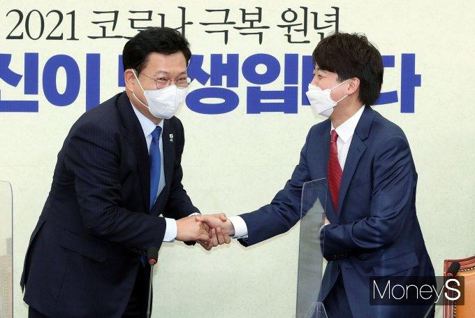 [머니S포토] 송영길 대표 만난 이준석 신임 대표