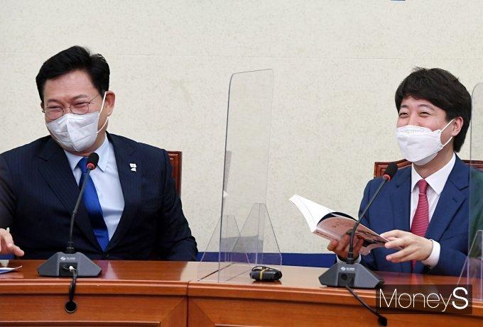 [머니S포토] 송영길 대표의 책 선물받은 이준석 대표