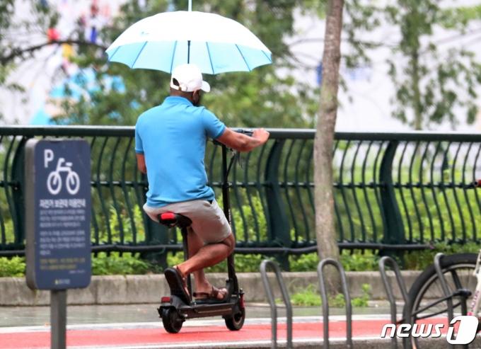 비가 내린 15일 오전 서울 중구 청계천. 2021.6.15/뉴스1 © News1 김명섭 기자