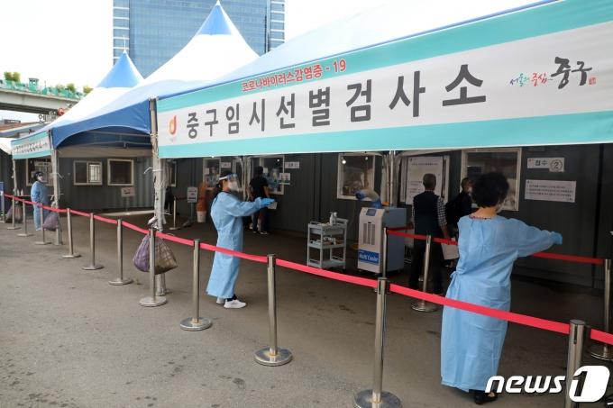 17일 오전 서울 중구 서울역광장에 마련된 신종 코로나바이러스 감염증(코로나19) 임시선별진료소에서 시민들이 검사를 기다리고 있다. 2021.6.17/뉴스1 © News1 황기선 기자