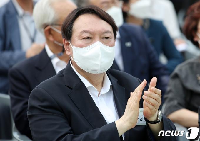윤석열 전 검찰총장이 지난 9일 서울 중구 남산예장공원 개장식에서 박수를 치고 있다. © News1 이동해 기자