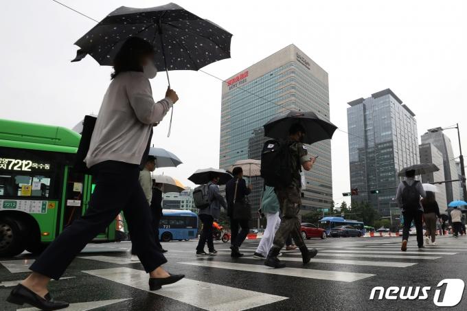 3일 오후 서울 종로구 광화문네거리 출근길 풍경. 2021.6.3/뉴스1 © News1 민경석 기자