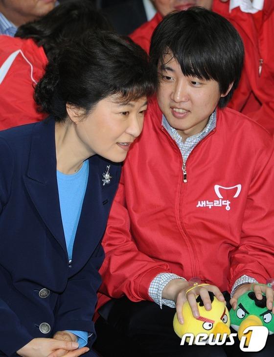 지난 2012년 4월 당시 새누리당 선거대책위원장이던 박근혜 전 대통령과 비상대책위원이던 이준석 국민의힘 대표가 이야기를 나누고 있다. 2021.6.18/뉴스1© News1