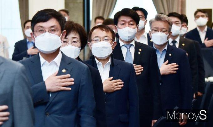 [머니S포토] 국민의례하는  김용기 일자리 부위원장