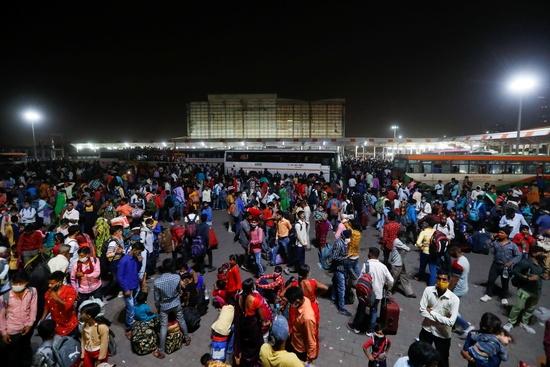 인도발 델타 변이 바이러스로 인해 영국의 신종 코로나바이러스 감염증(코로나19) 신규 확진자가 4개월 만에 다시 1만명대로 증가했다. 사진은 인도에서 노동자들이 버스 정류장에 모여 마을로 돌아가기 위해 버스에 오르는 모습./사진=로이터