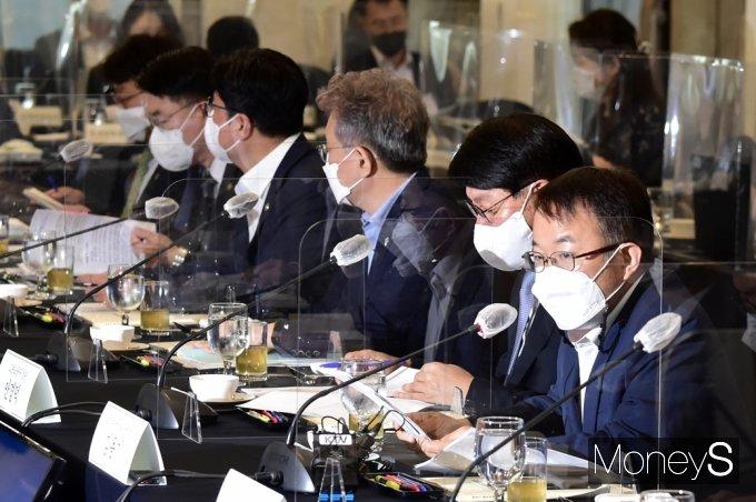 [머니S포토] 제20차 일자리위, 발언하는 김용기 부위원장