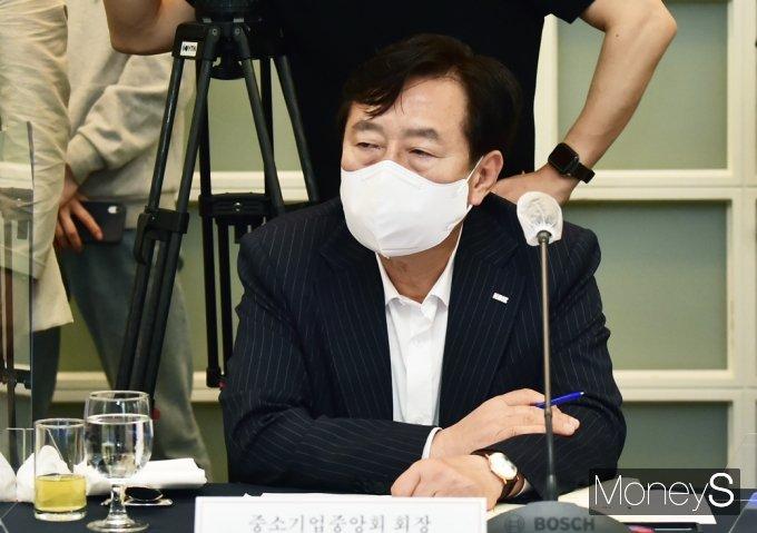 [머니S포토] 일자리위 입장 경청하는 김기문 중기중앙회장