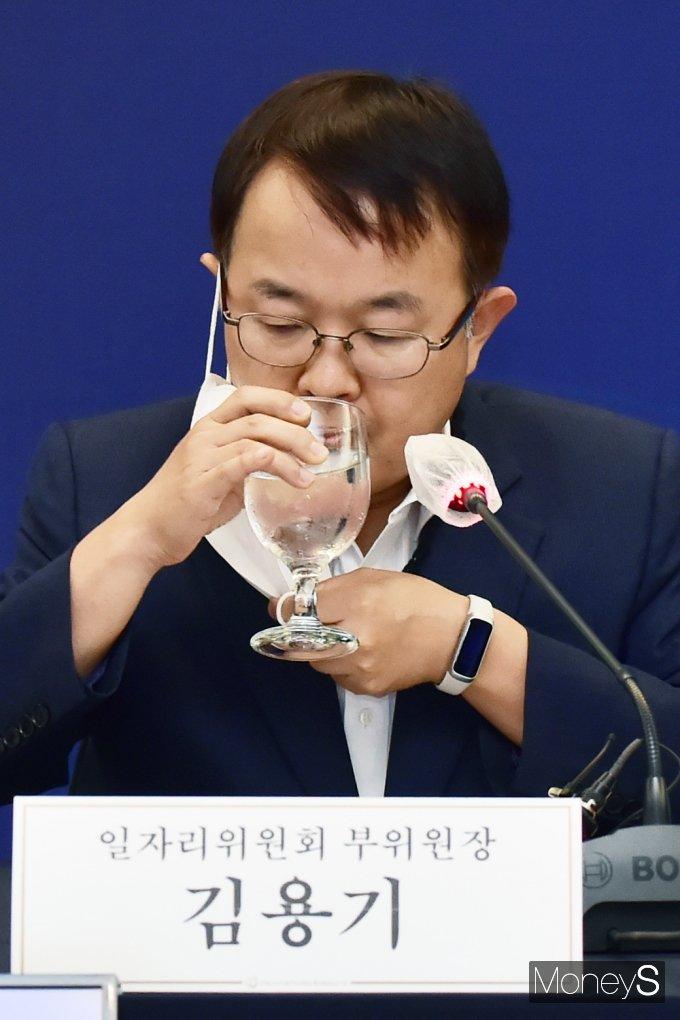 [머니S포토] 코로나 팬데믹 어려운 고용창출, 목 축이는 김용기 부위원장