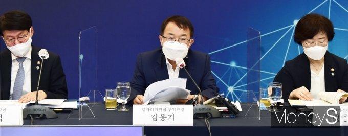 [머니S포토] 일자리위원회 주재하는 김용기 부위원장