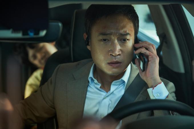 은행 센터장 '성규'(조우진 분)가 아이들을 등교시키던 출근길 아침, 의문의 발신번호 표시제한 전화를 받으며 위기에 빠지는 도심 추격 스릴러다. /사진=CJ ENM 제공