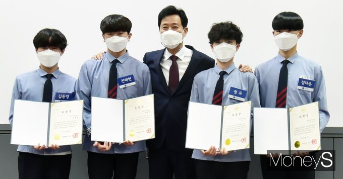 [머니S포토] 한강 투신 시민 구한 환일고3 김동영·전태현·정두·정다운 학생