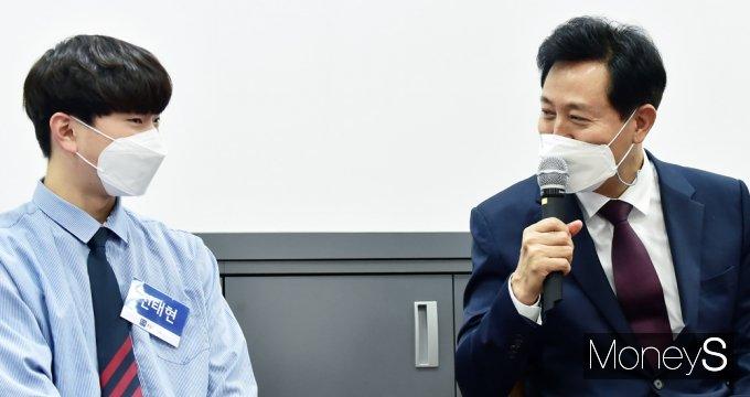 [머니S포토] 투신 시민 구한 고교생, 당시 상황 질문하는 오세훈 시장