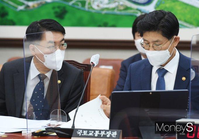 [머니S포토] 국회 국토위서 대화하는 노형욱·윤성원
