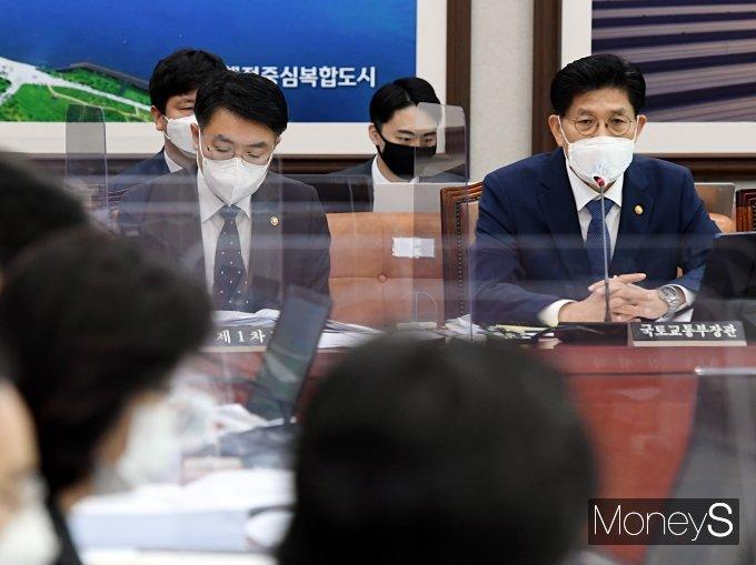 [머니S포토] 의원 질의 답변하는 노형욱 국토교통부 장관