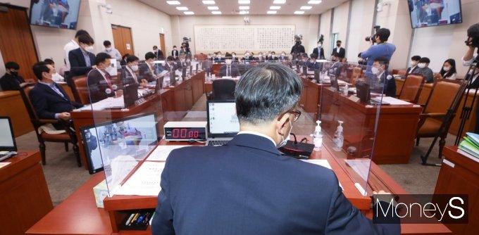 [머니S포토] 법사위 주재하는 박주민 위원장 대리